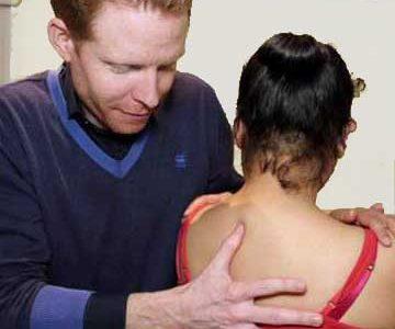 Osteopaat behandelt cliënt