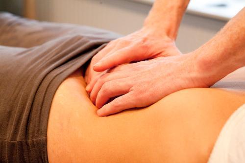 Wat een osteopaat doet is met zachte bewegingen met de handen de blokkade in het lichaam opheffen