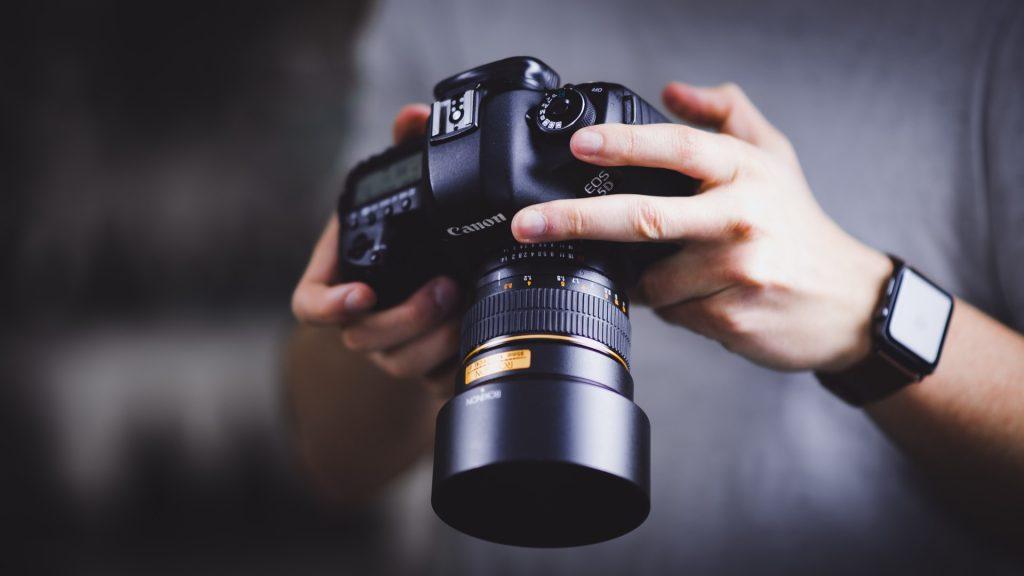 Freelance fotograaf bekijkt foto's op camera